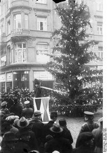 418px-Bundesarchiv_Bild_102-12787,_Prag,_Weihnachtsfeier_für_Erwerbslose